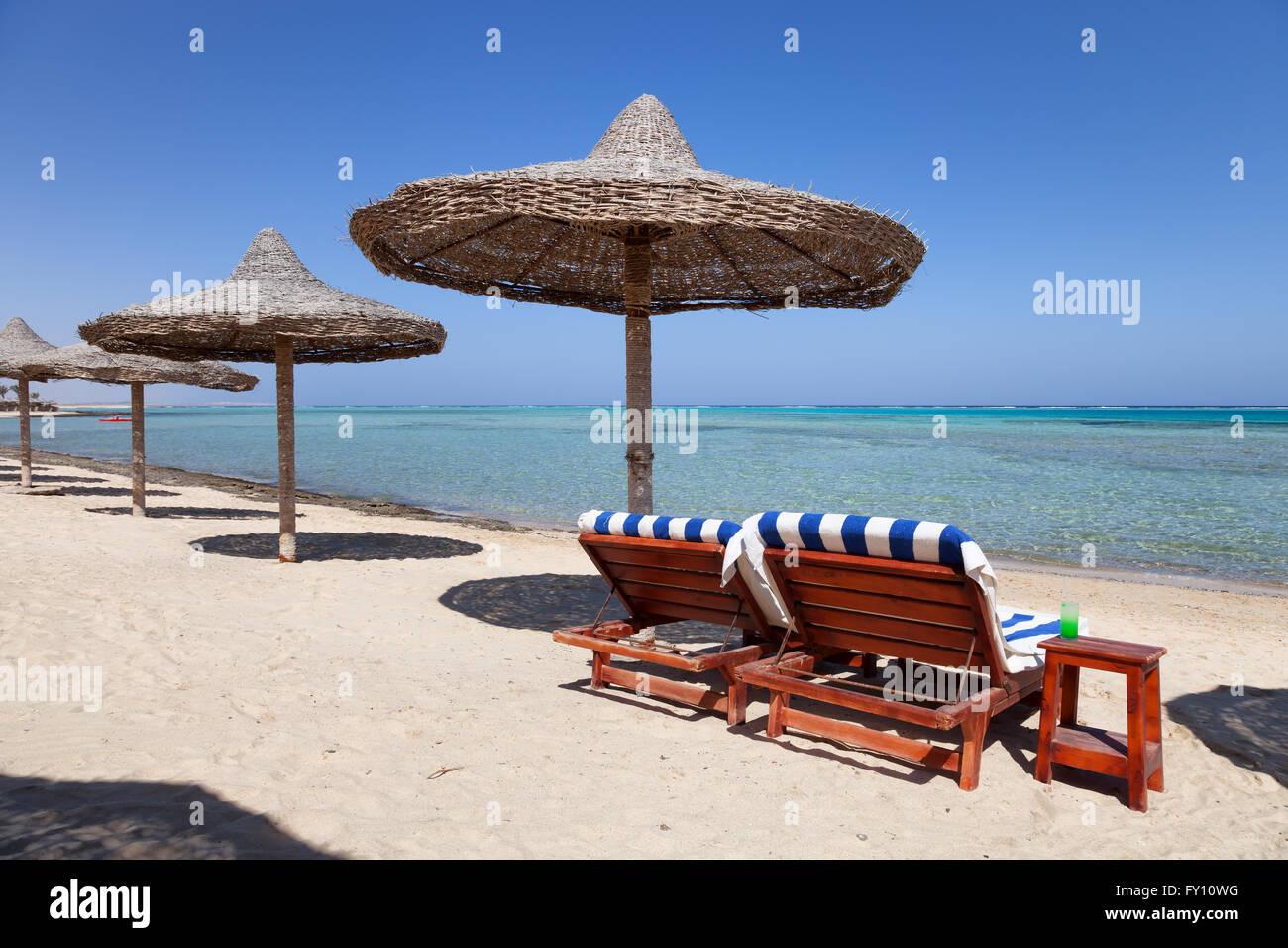 Marsa Alam spiaggia con due lettini e ombrellone, Egitto Immagini Stock