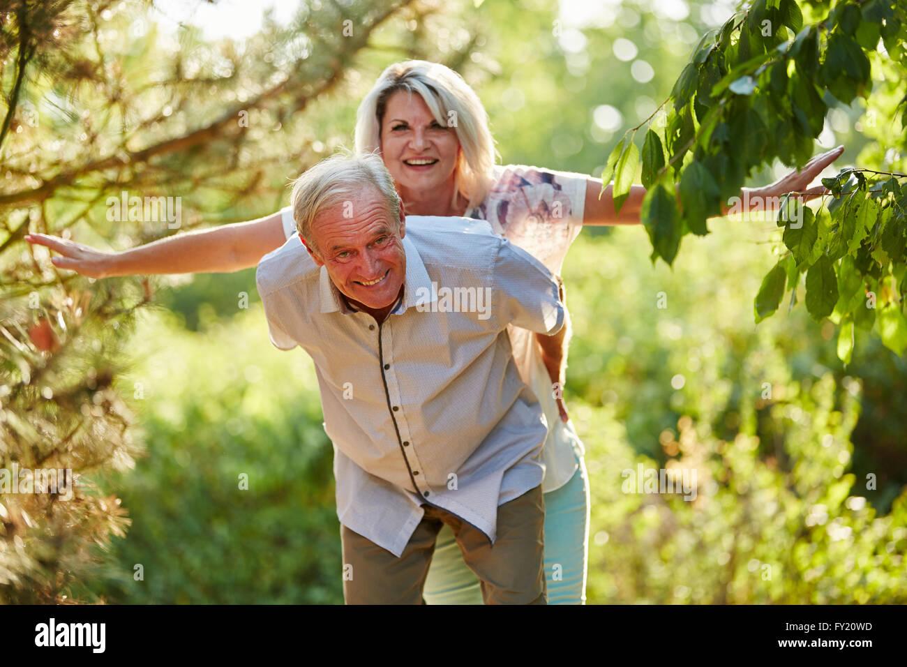 Coppia senior facendo piggyback divertendosi Foto Stock
