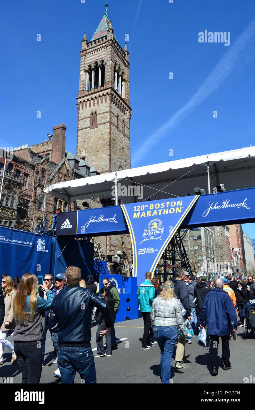 Raduno di persone al traguardo della Maratona di Boston il giorno prima della gara. Foto Stock