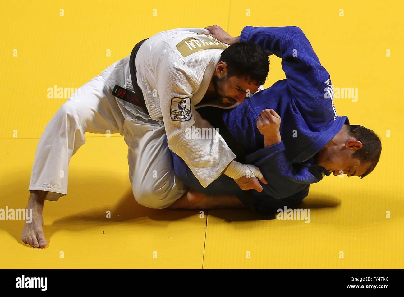 Kazan, Russia. Xxi Aprile, 2016. Judoka russo Arsen Galstyan (L) e l'Ucraino judoka Gevorg Khachatrian competere Immagini Stock