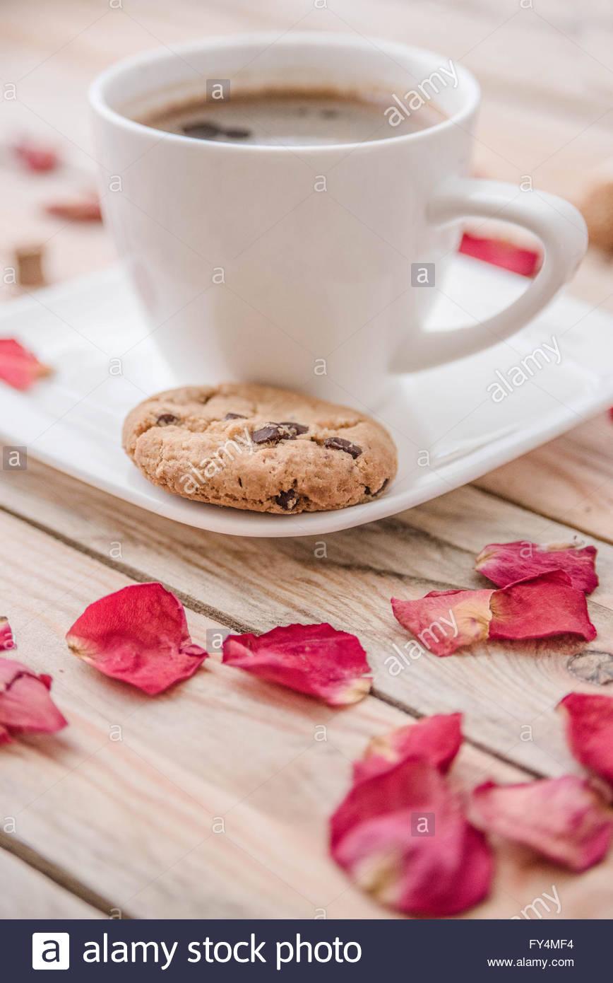 Nero caffè nella tazza bianca e un po' di cookie Immagini Stock