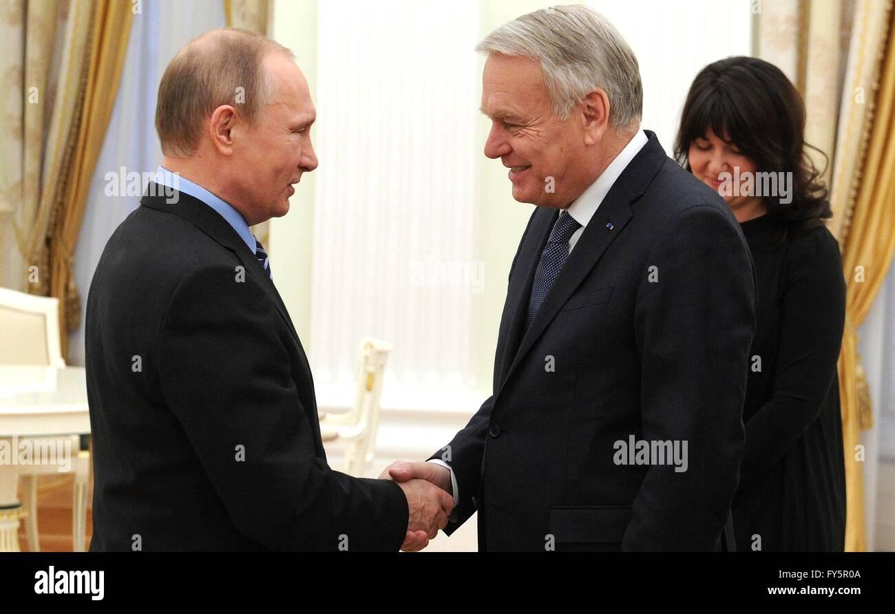 Il presidente russo Vladimir Putin accoglie il ministro degli Esteri francese Jean-Marc Ayrault prima del loro incontro Immagini Stock
