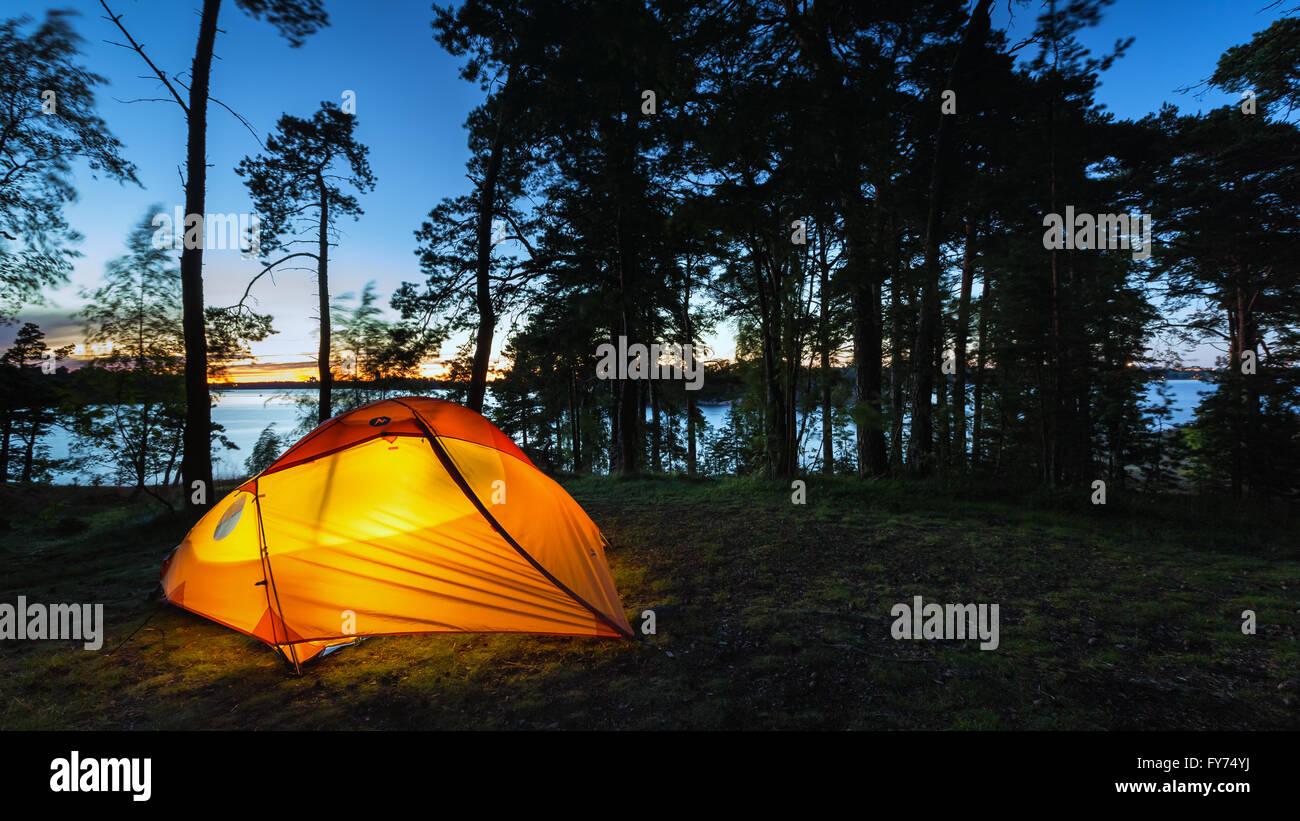 Campeggio a Läntinen Käärmeluoto isola, Helsinki, Finlandia, Europa, UE Immagini Stock