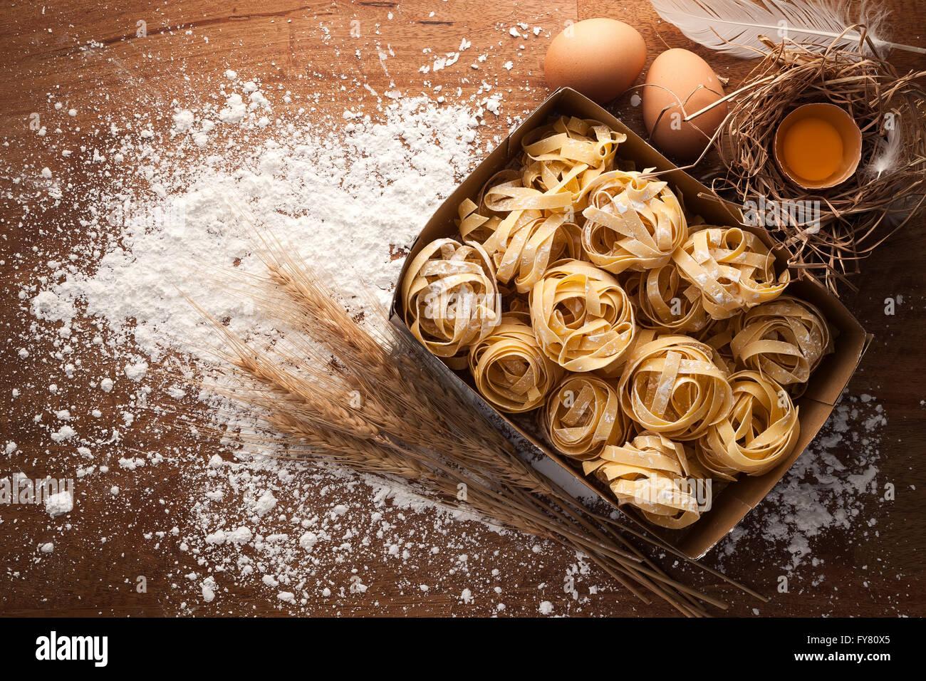 Fettuccine cibo italiano ancora vita rustica laici piatto Sfondo legno tagliatelle alfredo tuorlo Immagini Stock