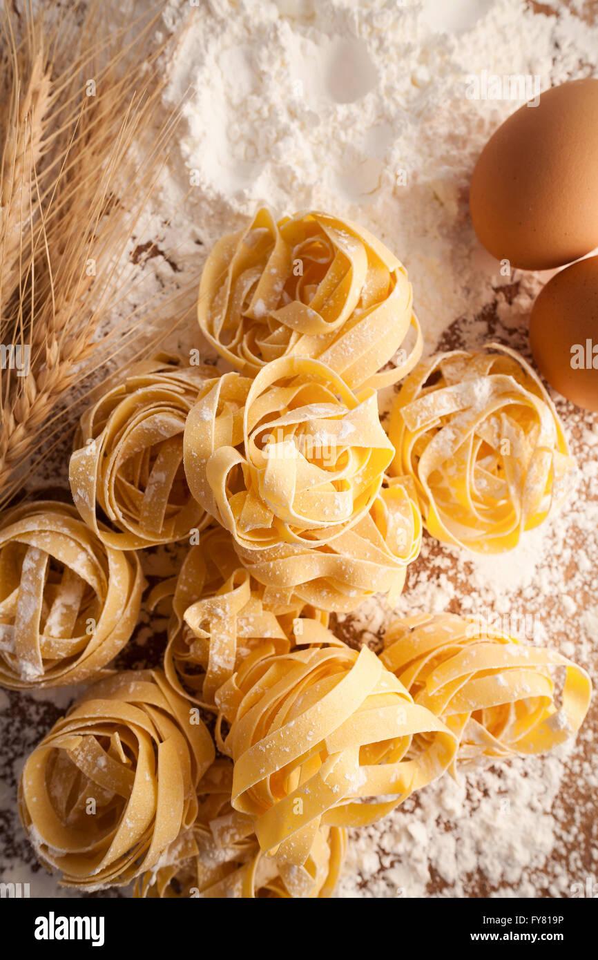 Fettuccine cibo italiano ancora vita rustica laici piatto Sfondo legno tagliatelle alfredo close up macro Immagini Stock