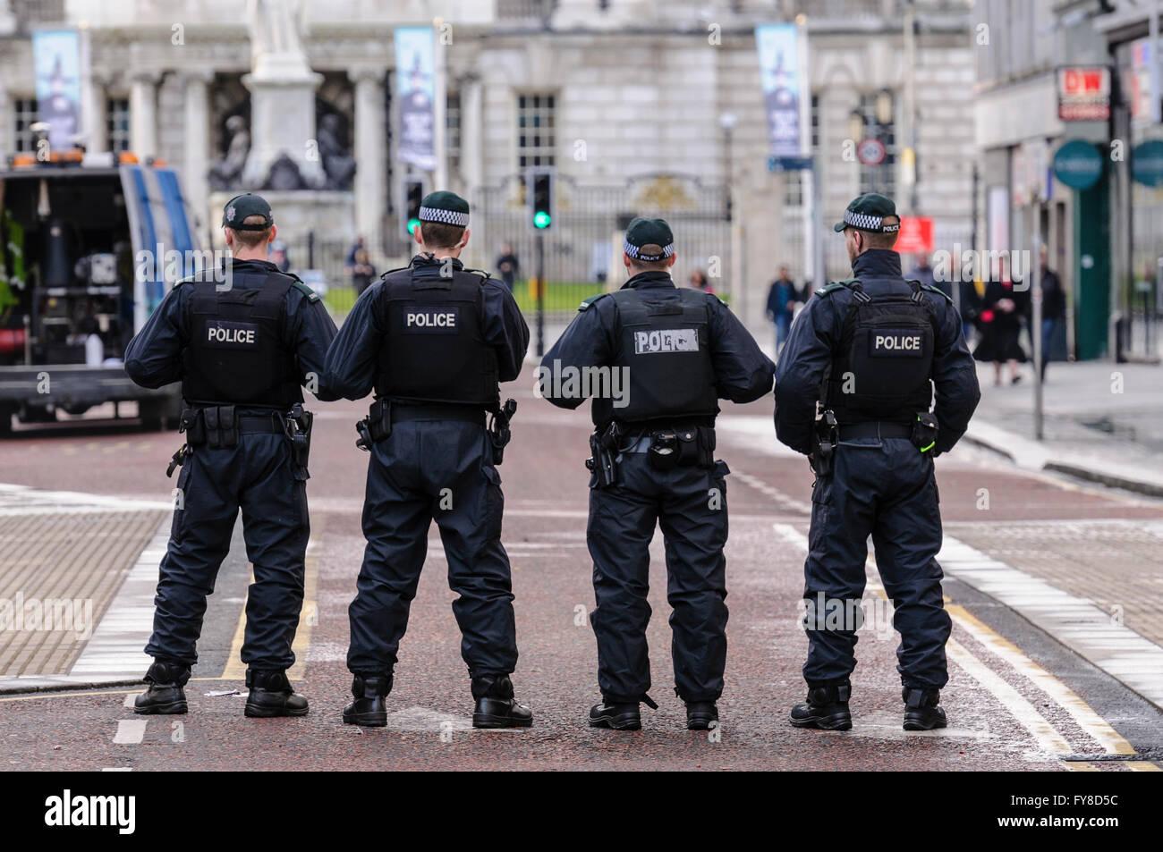 Quattro PSNI poliziotti blocco off Donegal luogo a Belfast in anticipo di una sfilata, impedendo che persone e veicoli Immagini Stock