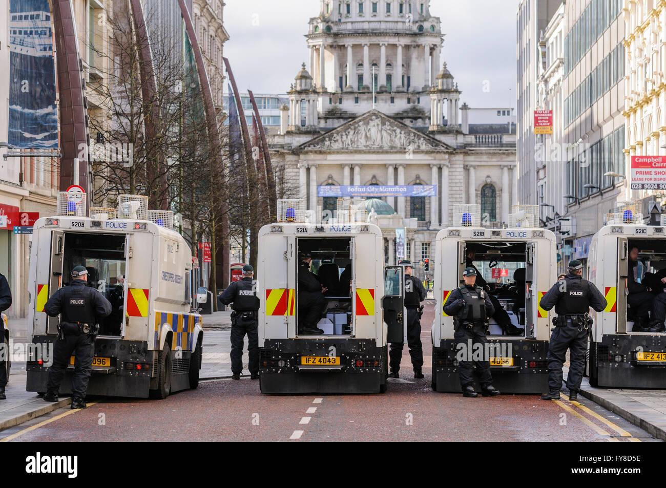 Un certo numero di PSNI poliziotti armati con blocco Landrovers off Donegal luogo a Belfast in anticipo di una sfilata, Immagini Stock