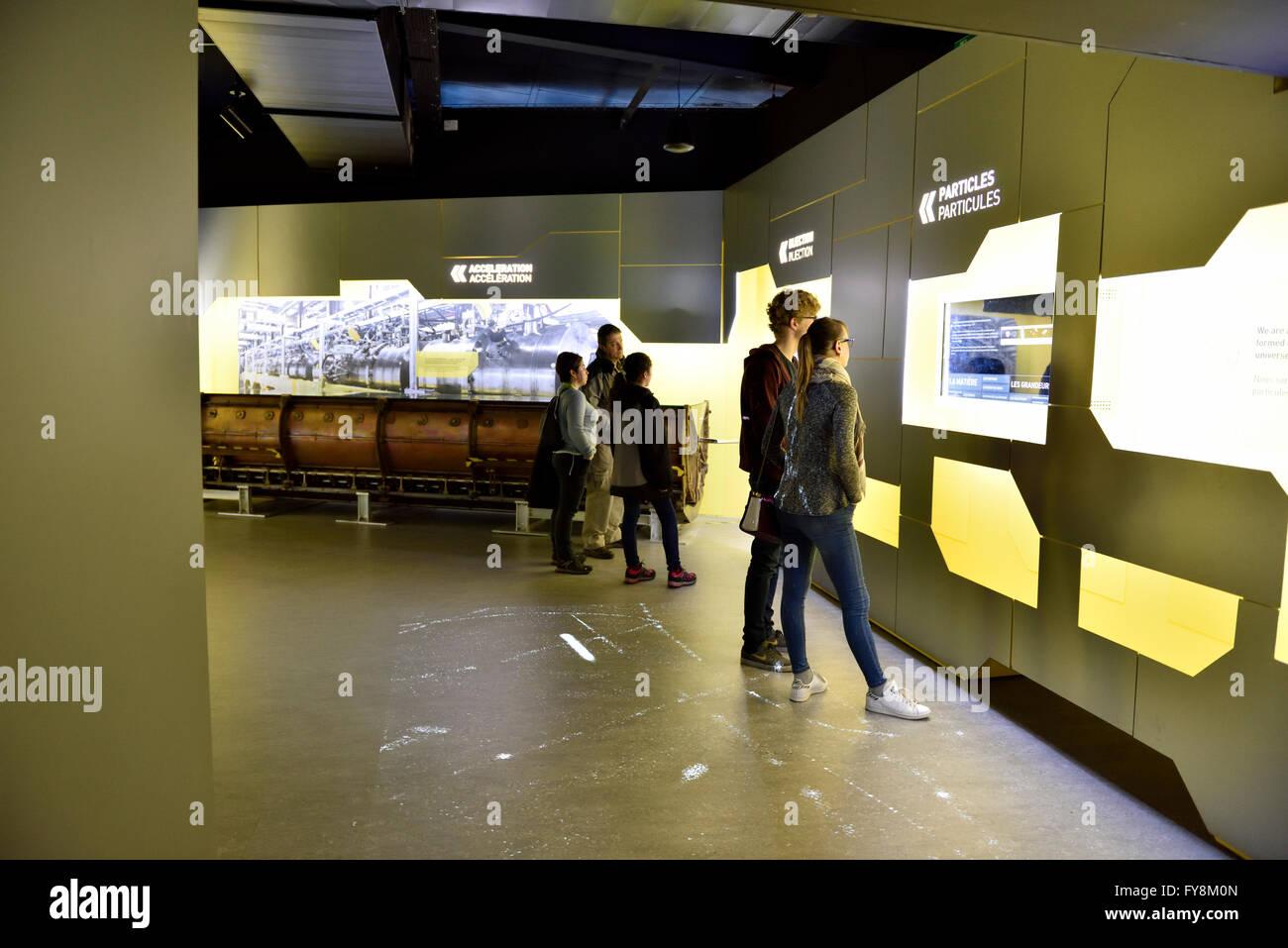 Il CERN, l'Organizzazione europea per la ricerca nucleare, edificio che ospita la reception microcosmo area Immagini Stock