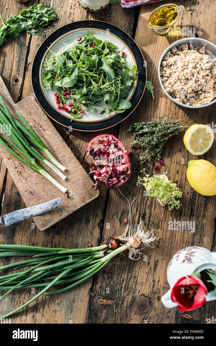 Insalata verde con melograno, manna groppa, cipolline Immagini Stock