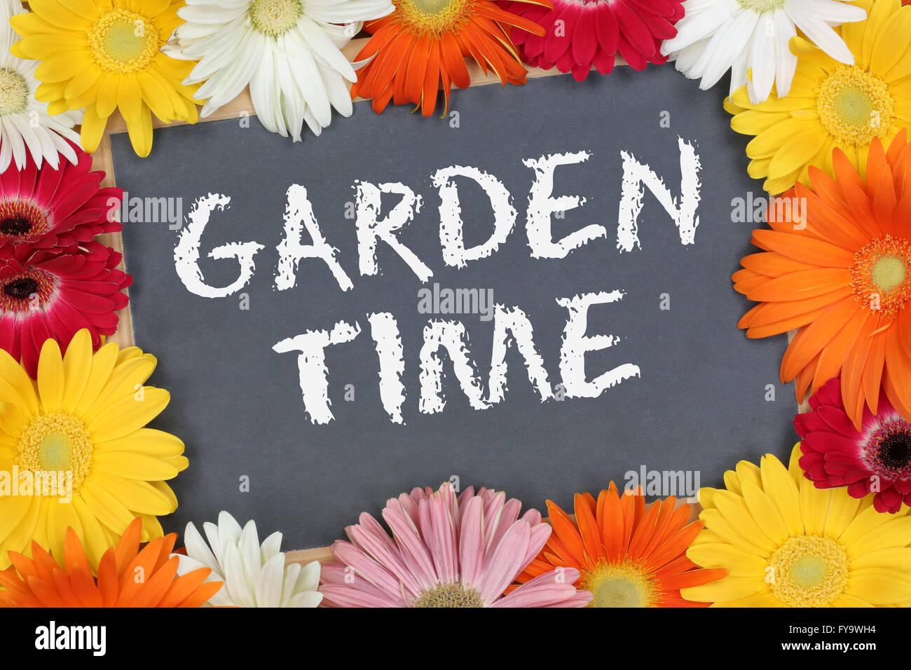 Tempo di giardino con fiori colorati fiori segno della scheda Immagini Stock
