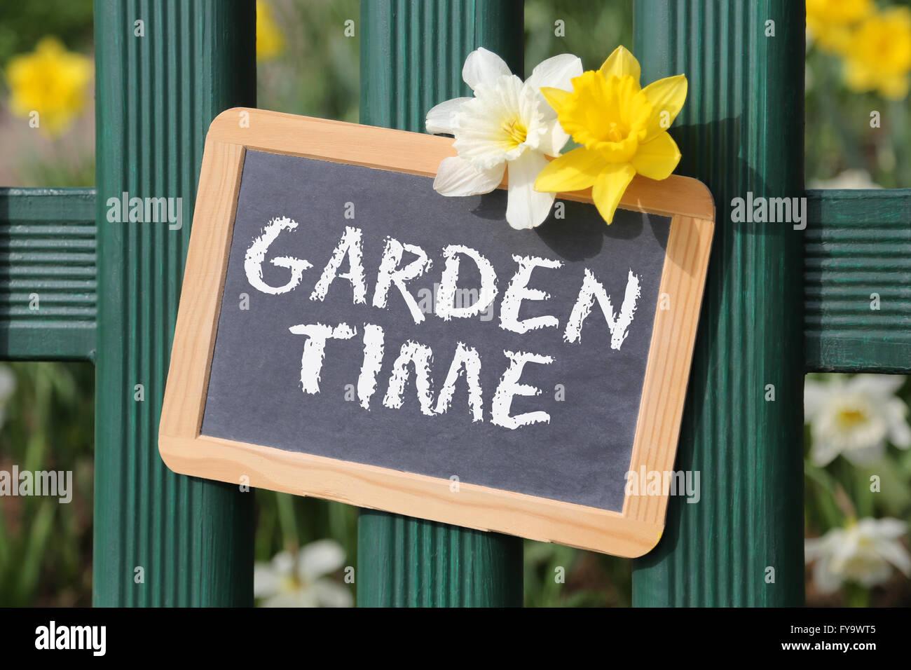 Tempo di giardino con fiori fiore primavera segno bordo sulla recinzione Immagini Stock