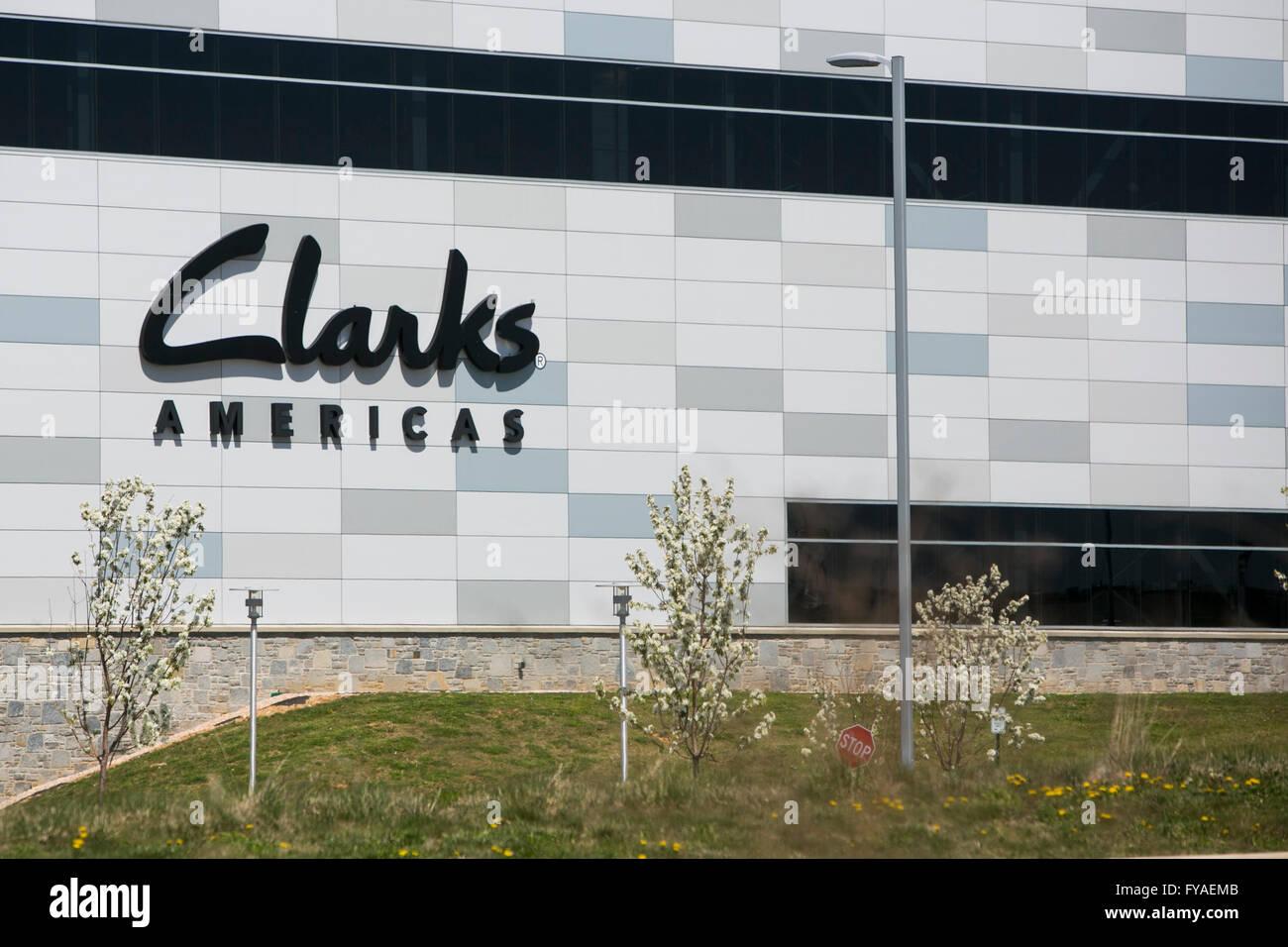 Un segno del logo al di fuori di una struttura occupata dal produttore di scarpe Clarks Americas in Hannover, Pensilvania Foto Stock