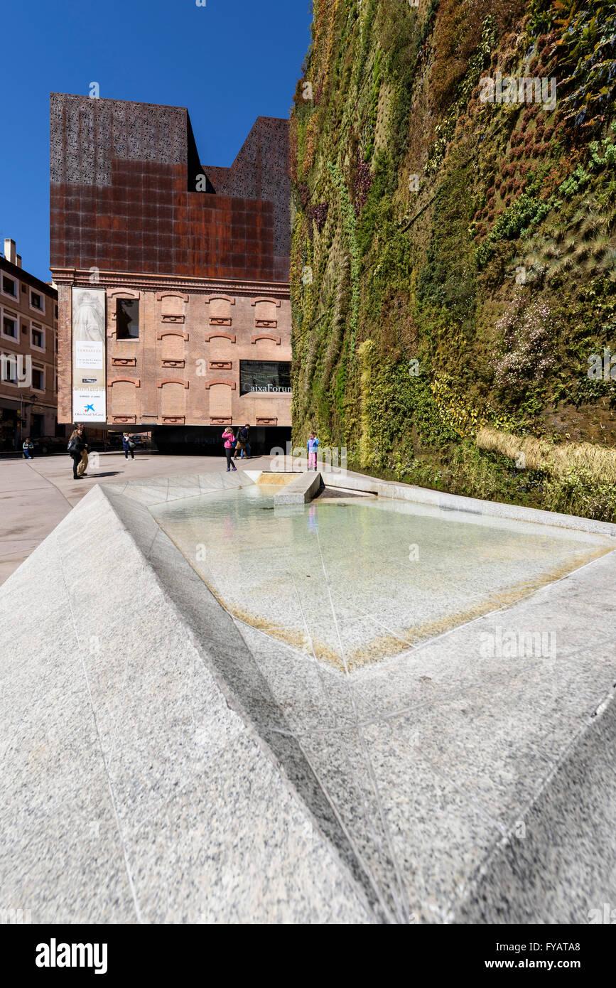 Madrid. Spagna. CaixaForum Madrid, il giardino verticale (2008) dal botanico francese Patrick Blanc, Paseo del Prado. Immagini Stock
