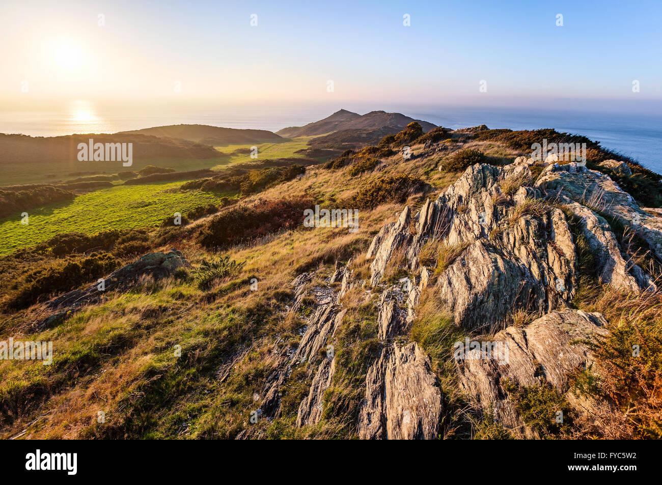 Impostazione di Sun su scogliere rocciose in punto di morte in North Devon, Inghilterra, Regno Unito. Immagine hdr Immagini Stock
