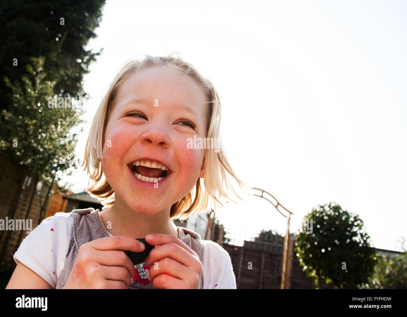 Ragazza con mad ridere in giardino Immagini Stock