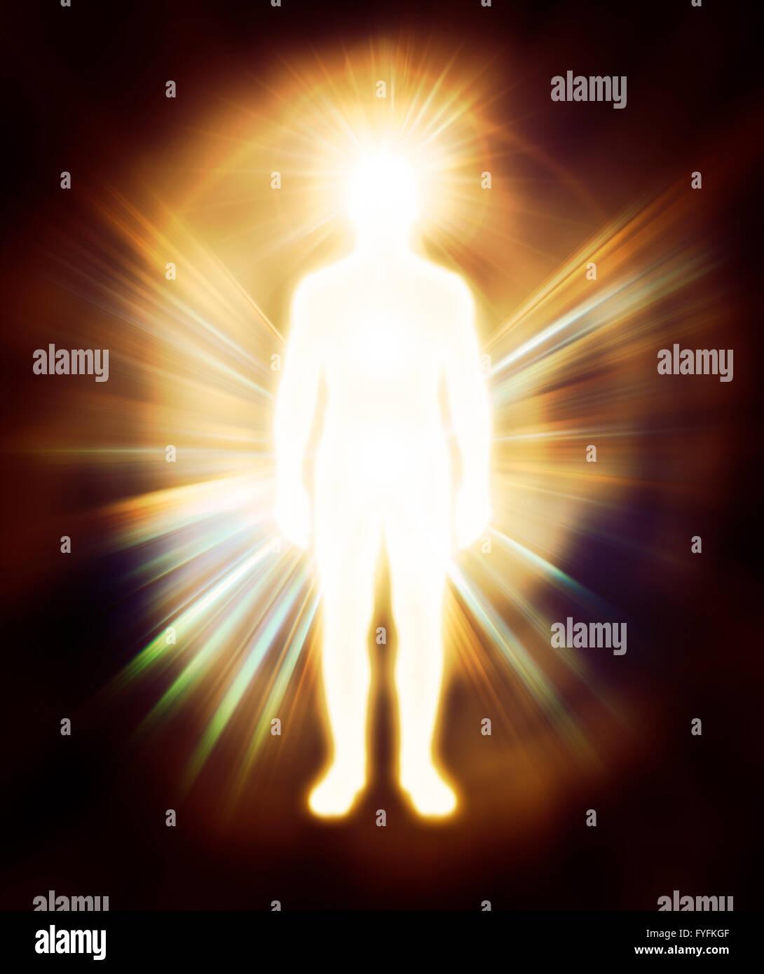 Uomo che emettono raggi di luce incandescente, aura Immagini Stock