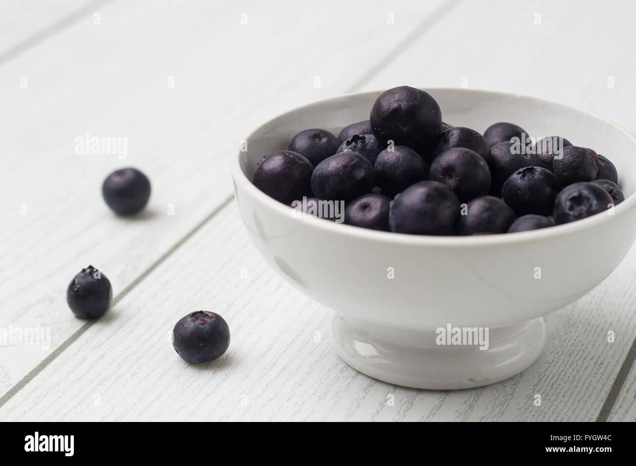 Mirtillo antiossidante super organico in una ciotola concetto per una sana alimentazione e nutrizione Immagini Stock