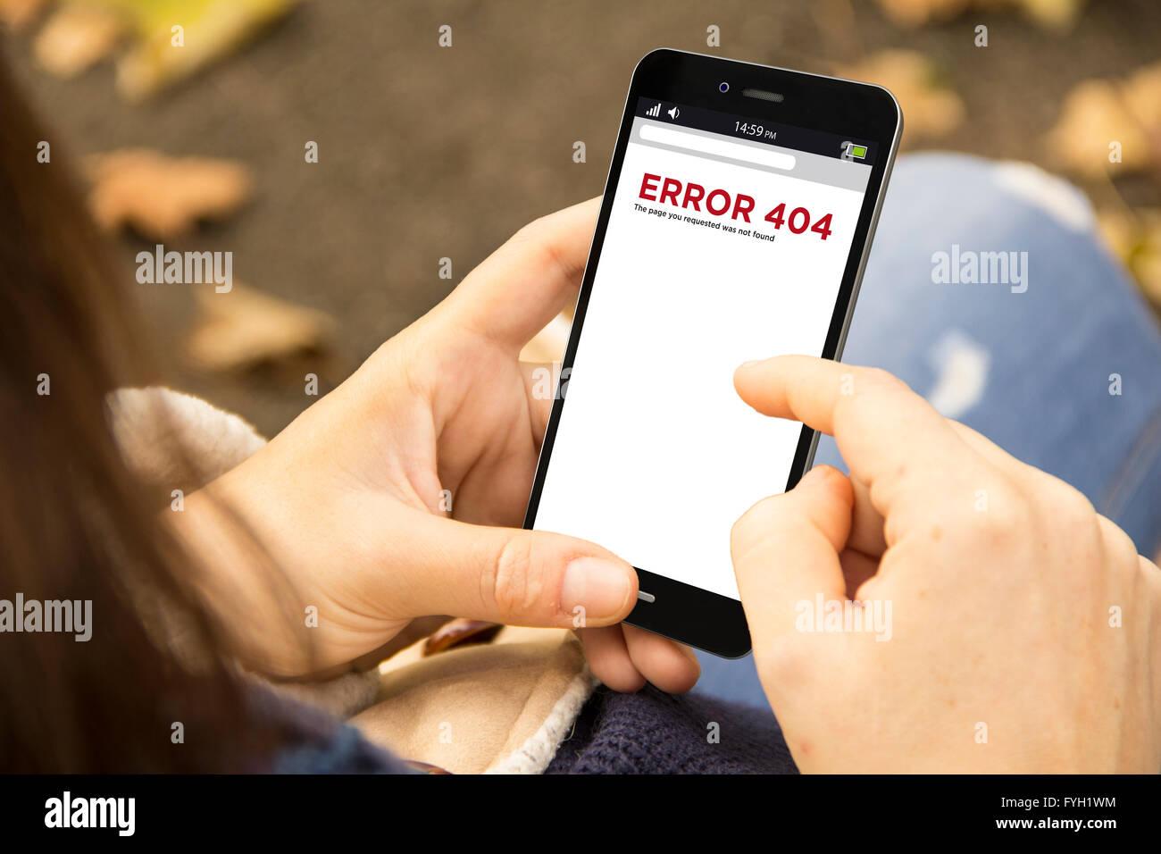 Concetto di navigazione: donna tenendo un 3d generati smartphone con errore 404 sullo schermo. La grafica sullo Immagini Stock