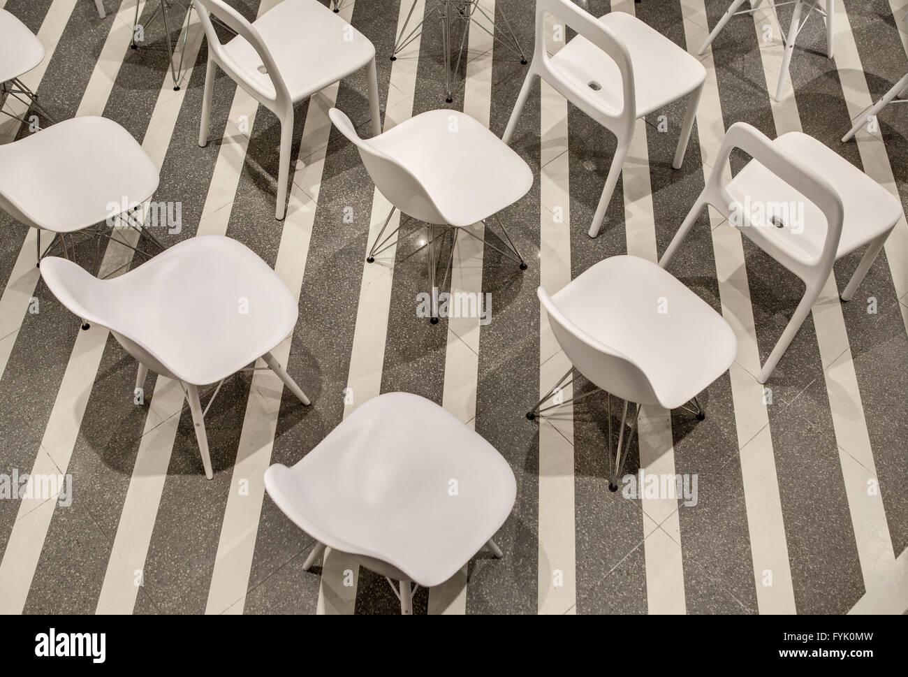 Stock Sedie In Plastica.Fila Di Sedie In Plastica Bianca Vista Dall Alto Foto Immagine