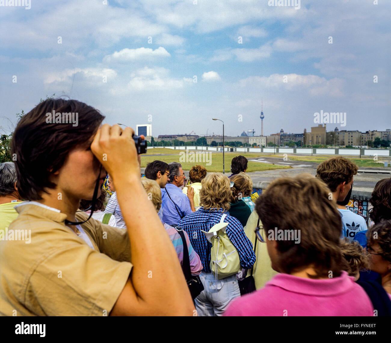 Agosto 1986, Potsdamer Platz piattaforma di osservazione, persone che guardano oltre il muro di Berlino di Leipziger Immagini Stock
