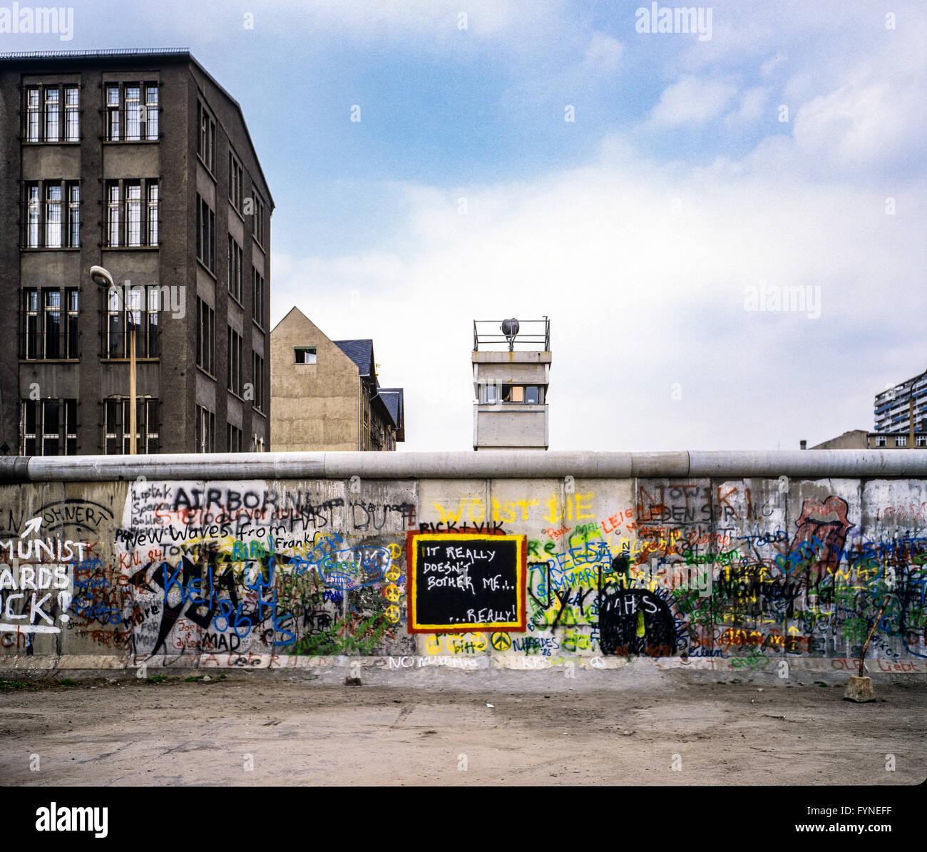 Agosto 1986, graffitis sul muro di Berlino e a Berlino Est torre di avvistamento, Zimmerstrasse street, Kreuzberg, Immagini Stock