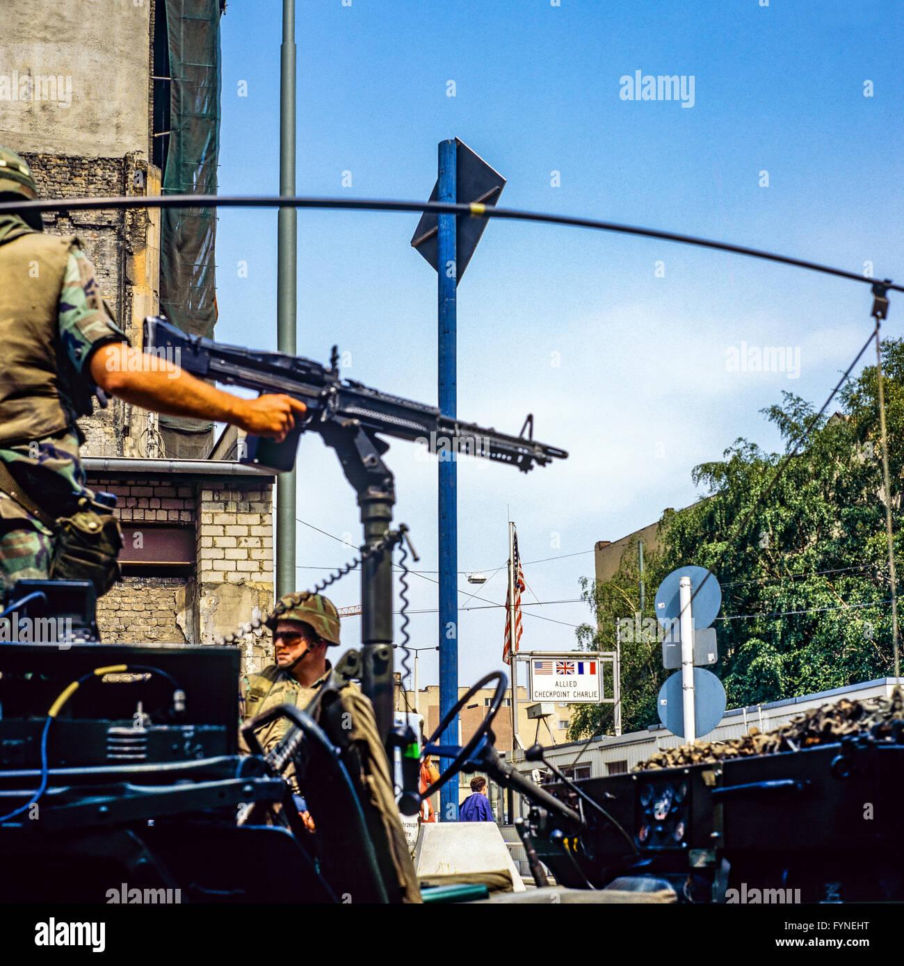 Agosto 1986, Berlino, noi esercito pattuglia di parete in corrispondenza di Allied Checkpoint Charlie, Friedrichstrasse Immagini Stock
