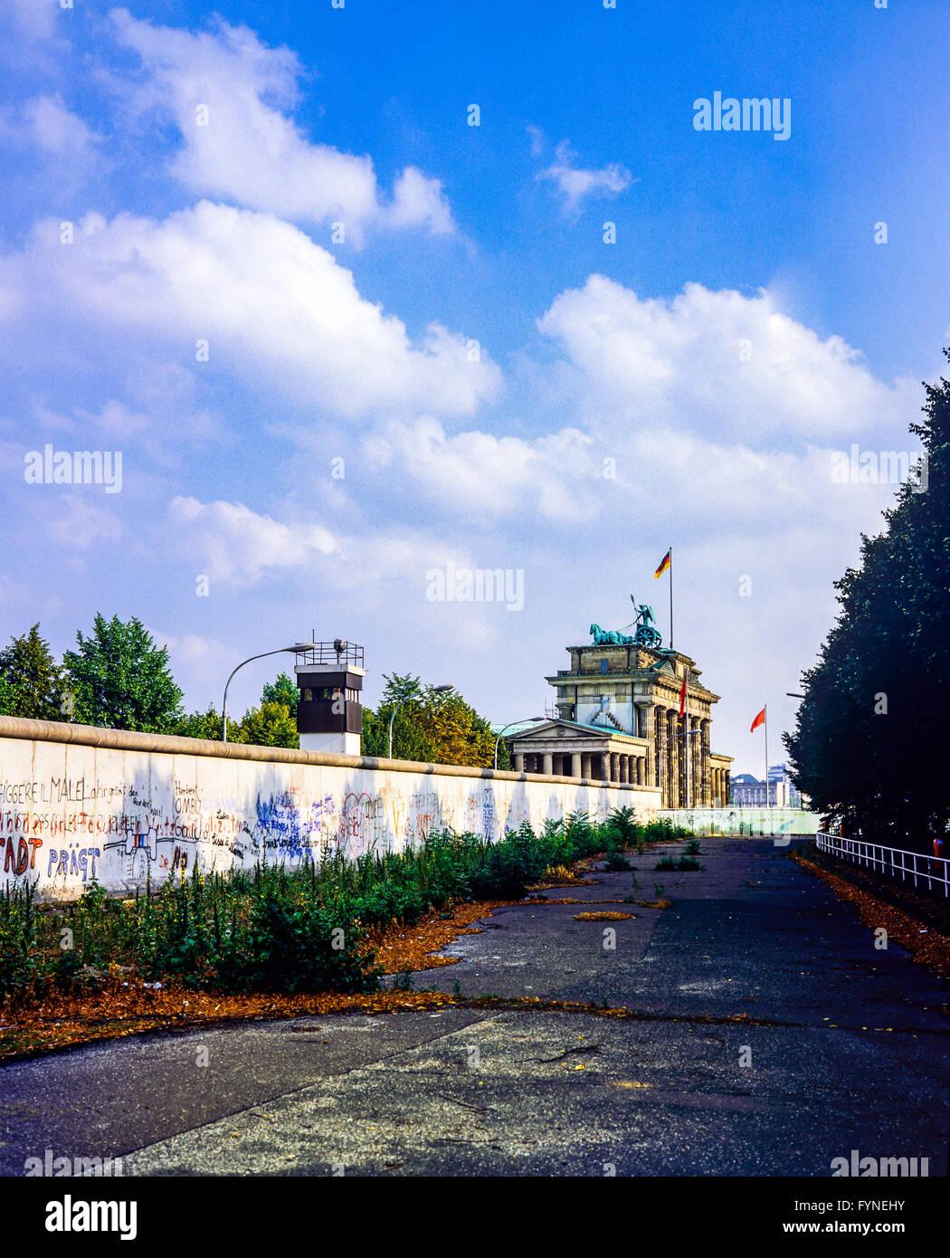 Agosto 1986, il muro di Berlino e la torre di avvistamento East-Berlin accanto alla Porta di Brandeburgo a Berlino Immagini Stock