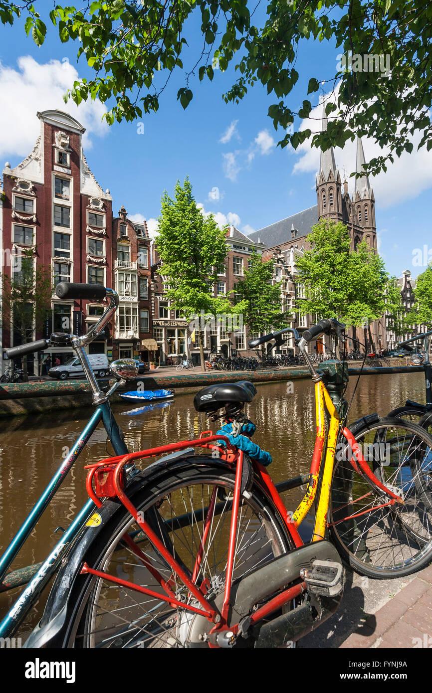 Biciclette a singolo Gracht, Amsterdam, Paesi Bassi Immagini Stock