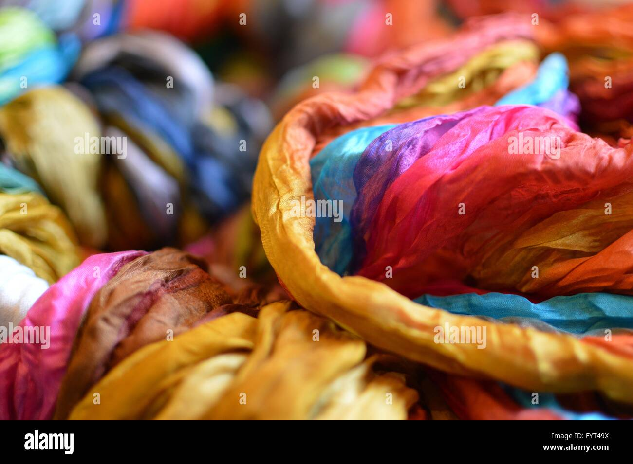 ccb5ed3104bcdc Dettaglio colpo di colorate sciarpe in un mercato in stallo. Immagini Stock