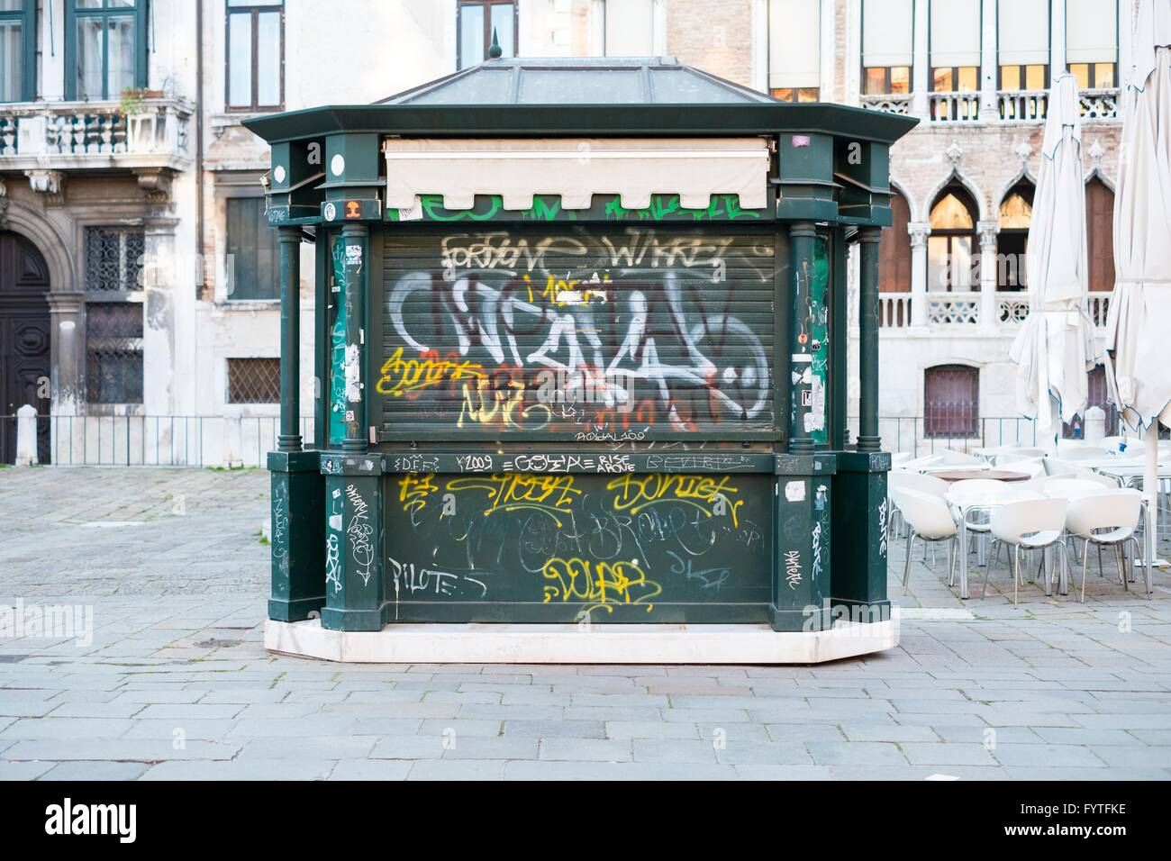 Graffiti su un chiuso dono turistica chiosco, Venezia, Immagini Stock