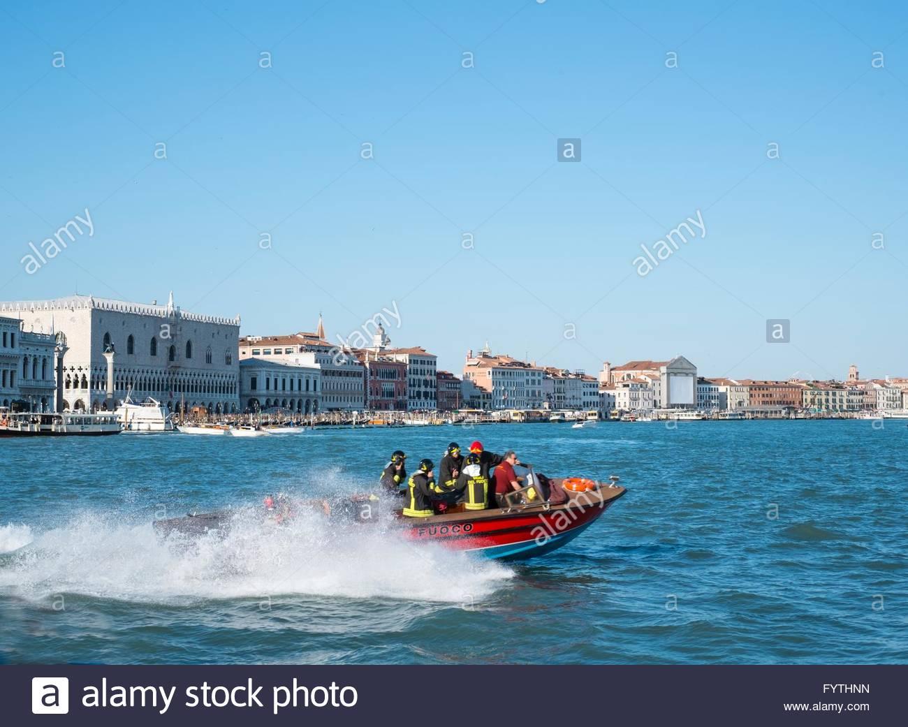 Barca di fuoco di risposta a una chiamata, Venezia, Italia, Aprile. Immagini Stock