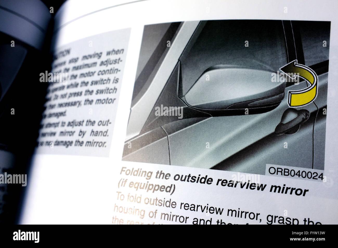 Pagine circa lo specchio retrovisore in un Hyundai Accent Manuale del proprietario. Immagini Stock