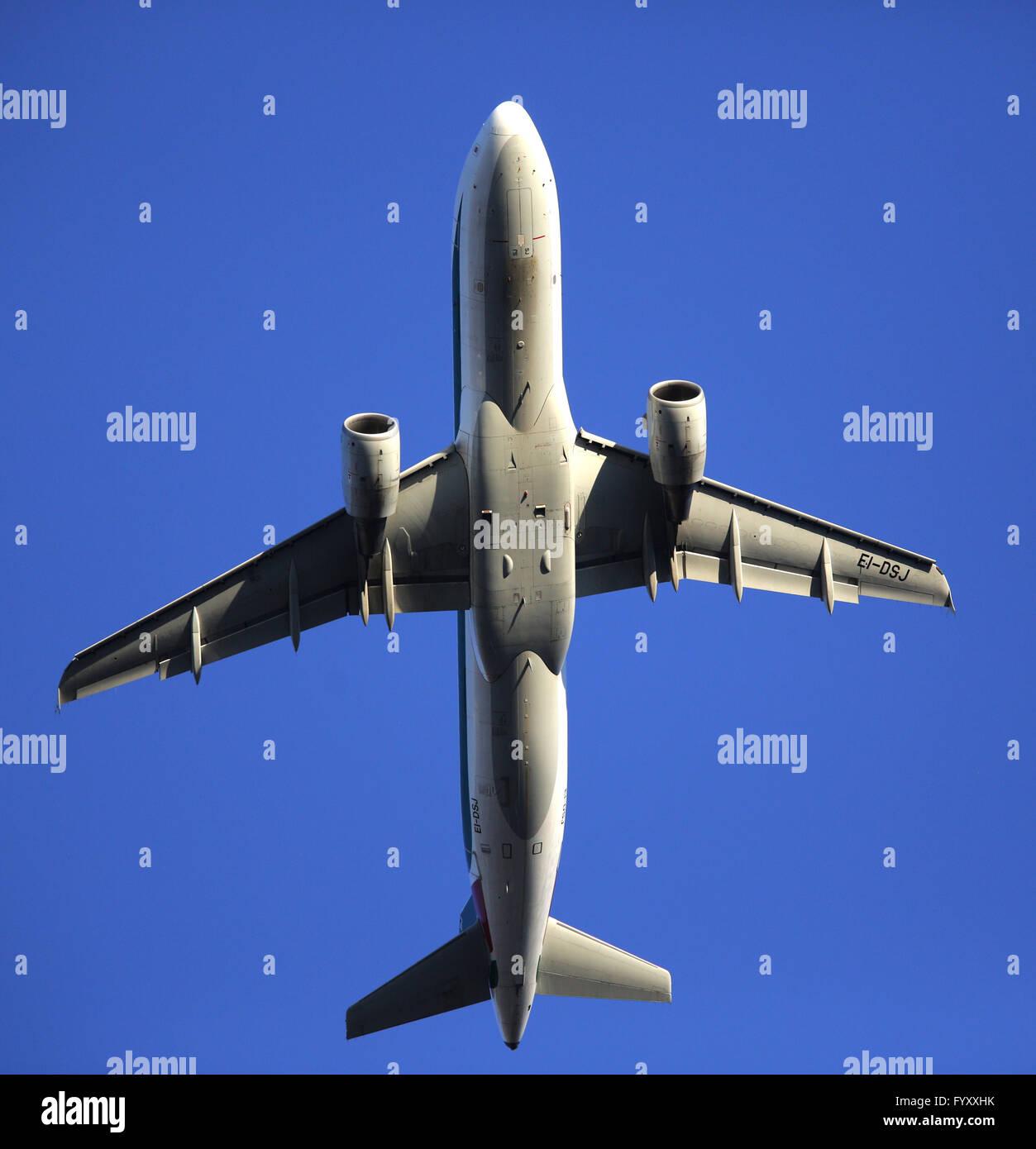 Un aereo visto da sotto lo sbarco Immagini Stock