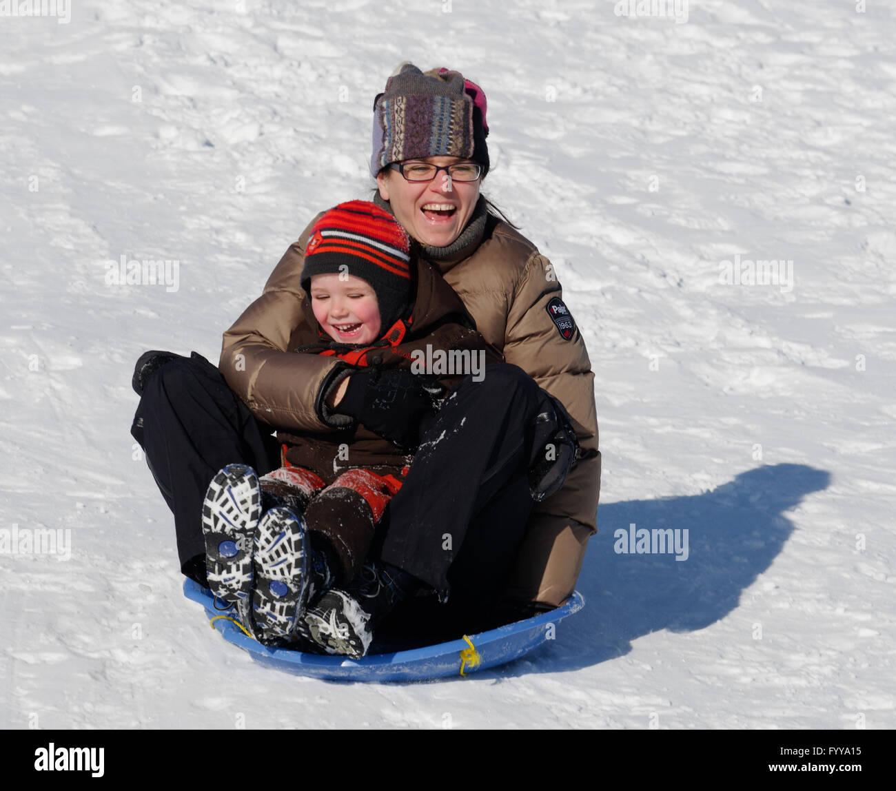 Madre e Figlio (4 anni) in slittino Québec Canada Immagini Stock