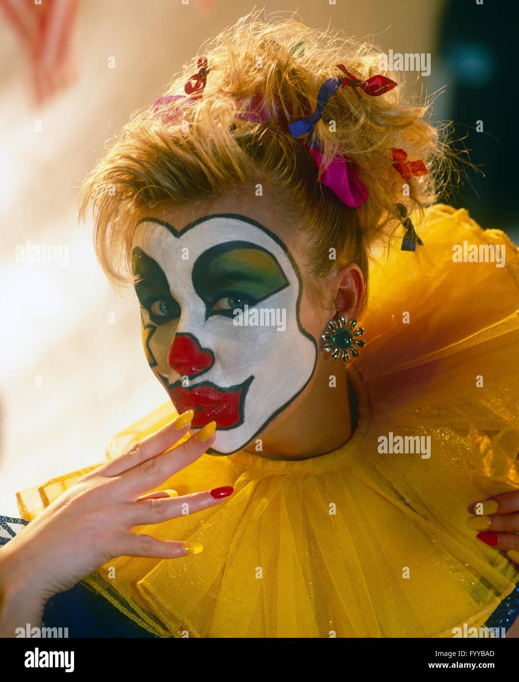 Ragazza clown faccia con la vernice, all'interno. Immagini Stock