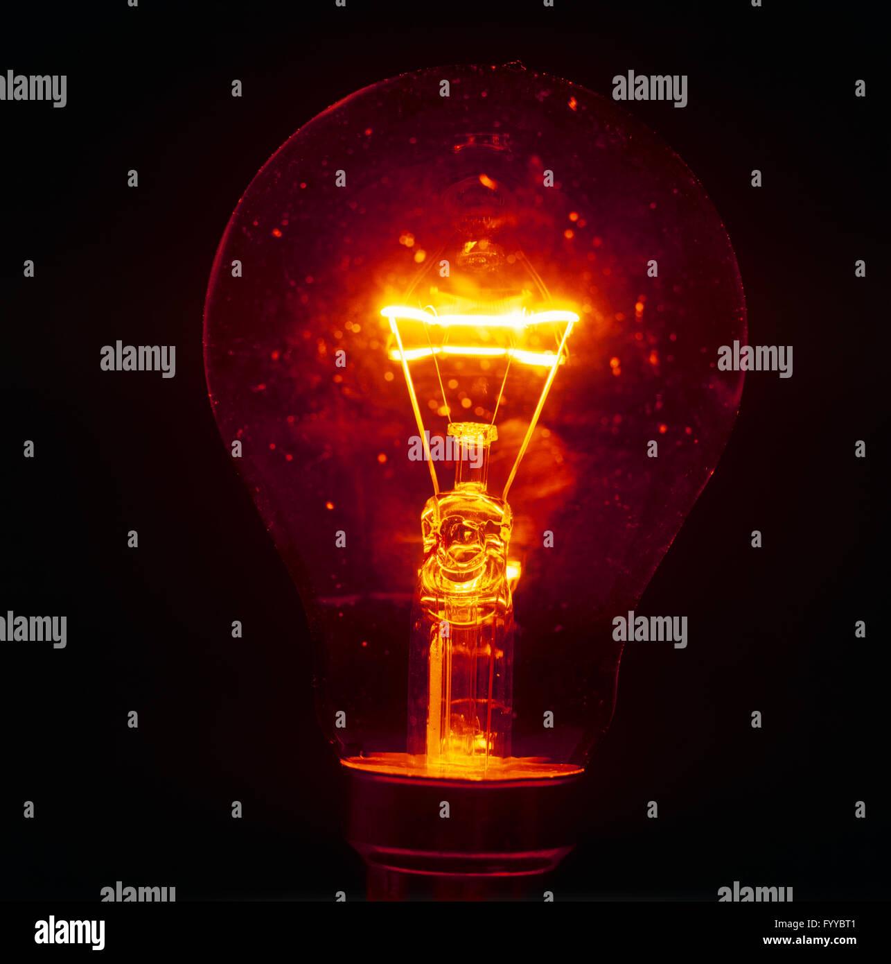 Una dettagliata lampadina accesa-up, all'interno. Immagini Stock