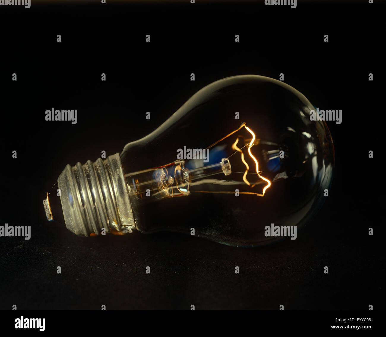 Close-up di un bulbo di luce all'interno. Immagini Stock