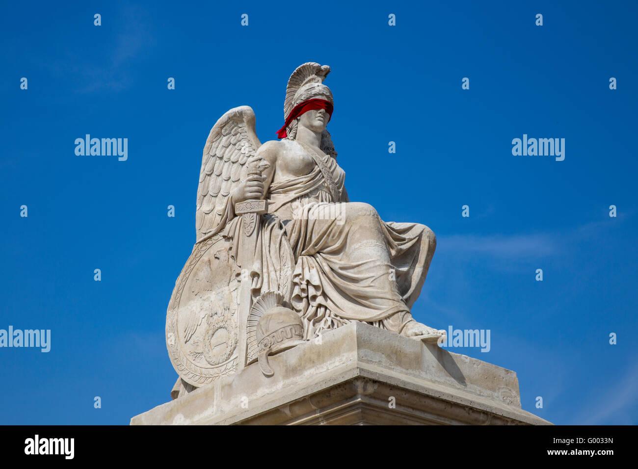 Gli occhi bendati statua a Parigi Immagini Stock