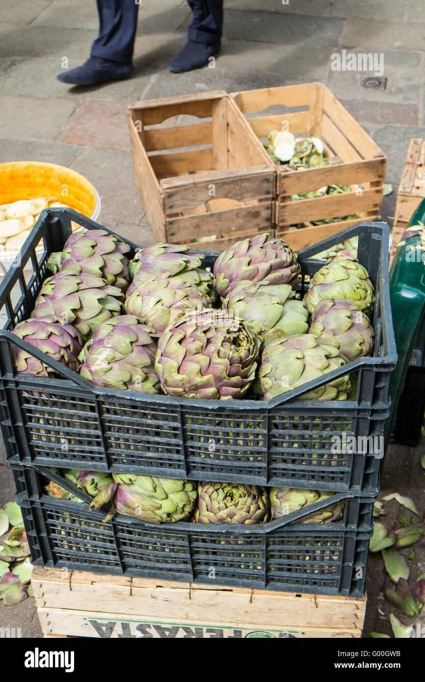 Carciofi per la vendita al mercato a Campo Cesare Battisti, gia' Bella Vienna, Venezia, Italia, Aprile Immagini Stock