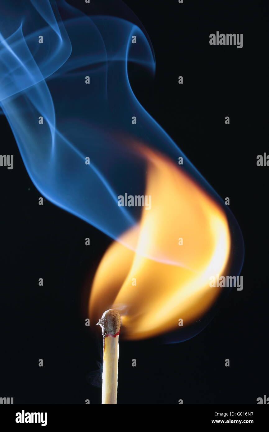Confronto Acceso Con Fumo Blu Su Sfondo Nero Foto Immagine Stock