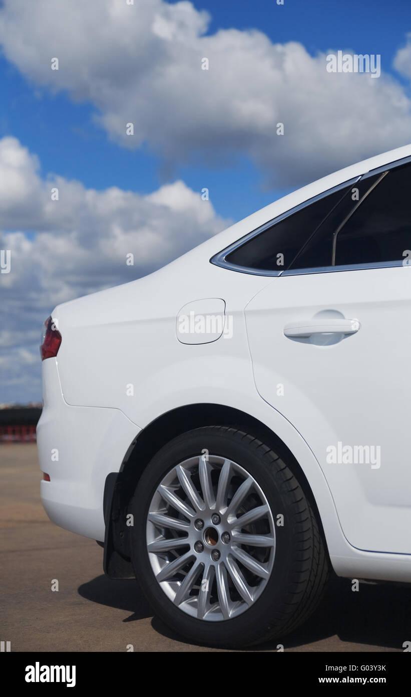 Moderno e bianco auto contro il cielo blu con nuvole Immagini Stock