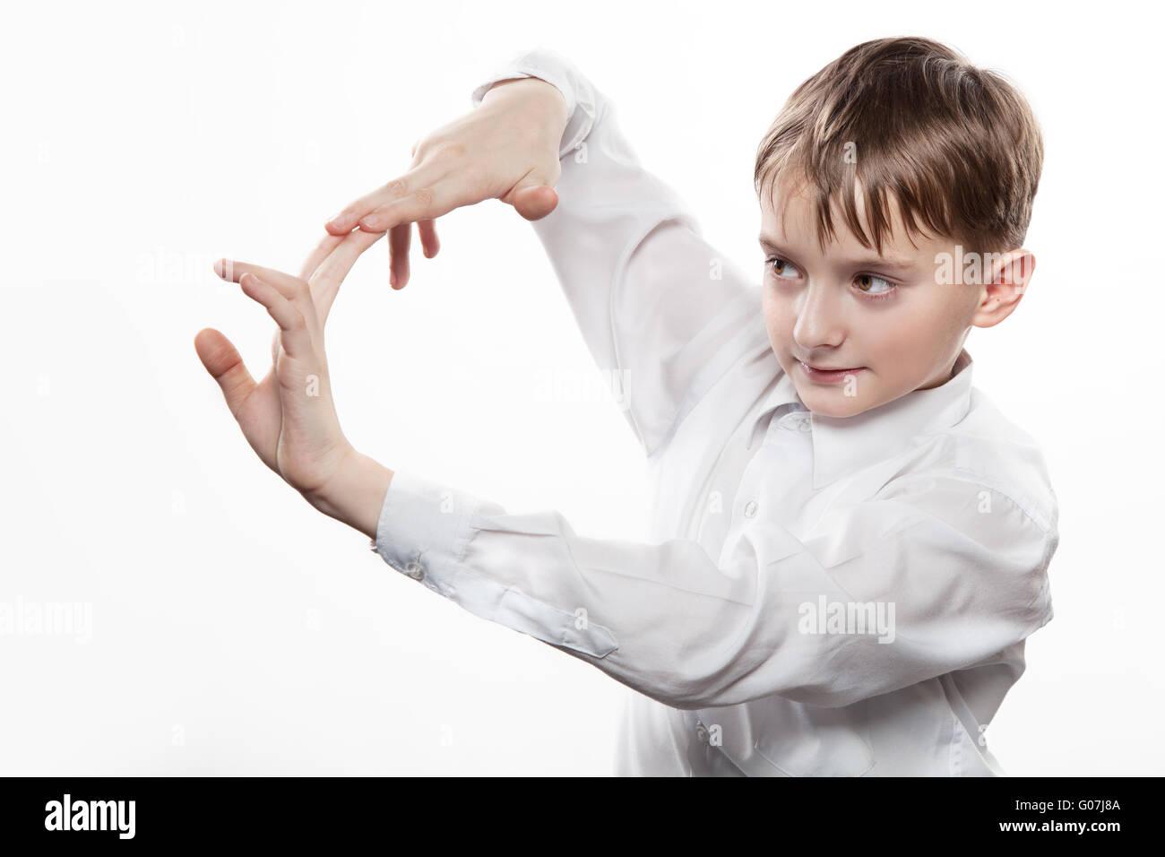 Gioiosa adolescente fa soffiare con le dita Foto Stock