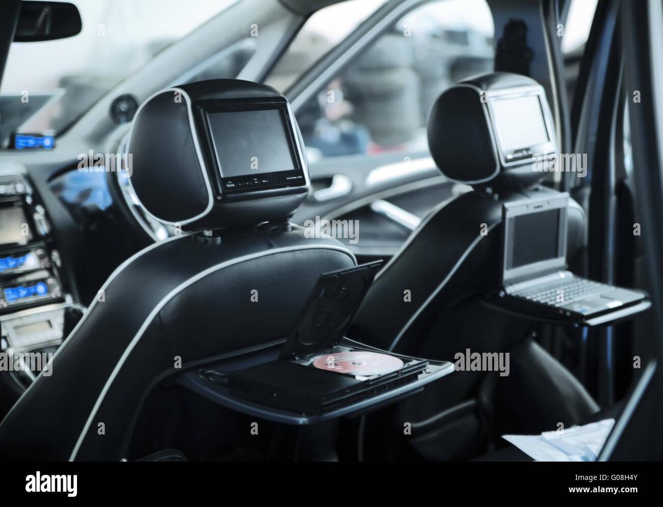 Interno di una moderna autovettura con un sistema multimediale e l Immagini Stock