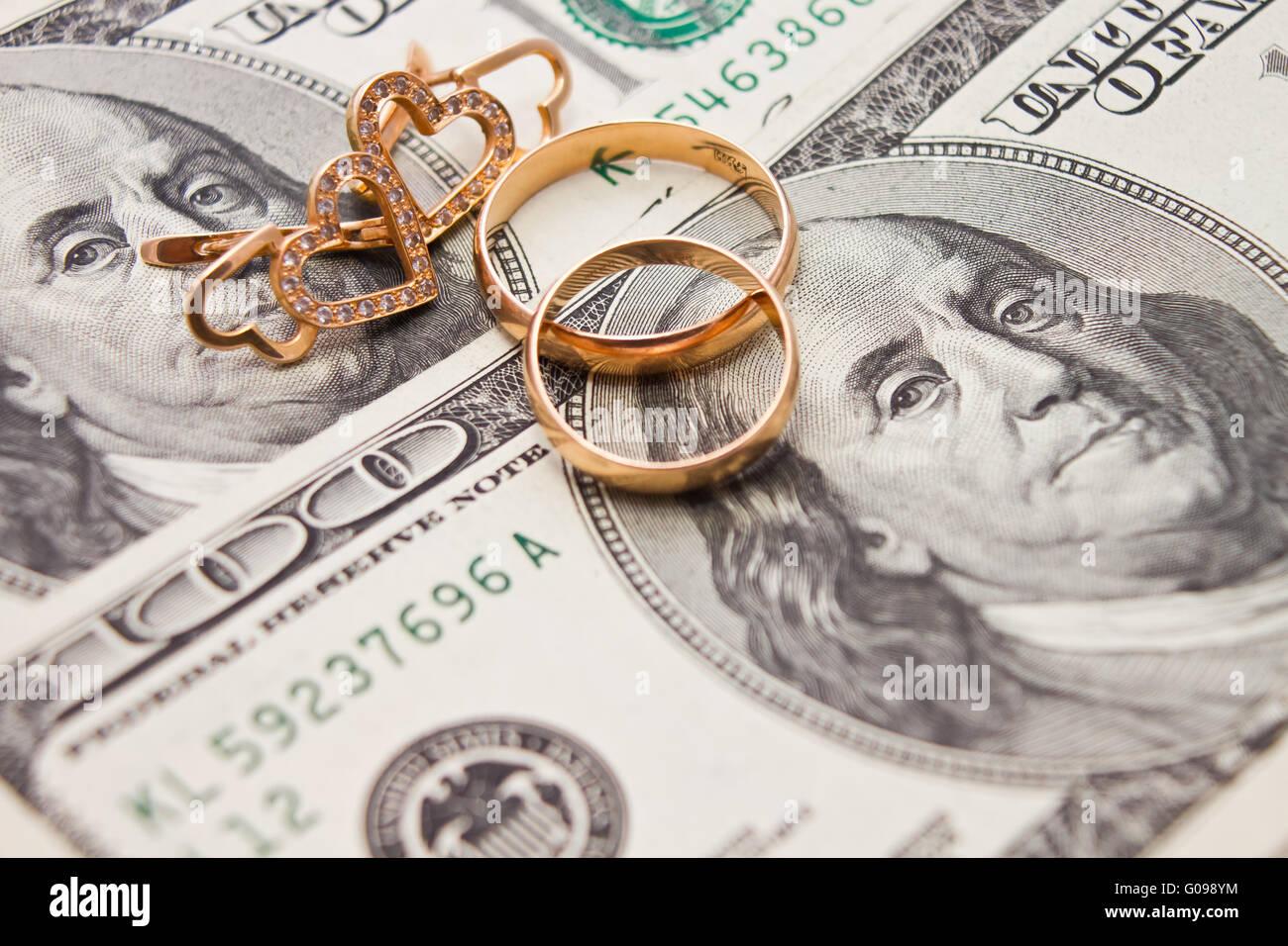 Gli anelli di nozze, catena d'oro e orecchini in forma Immagini Stock