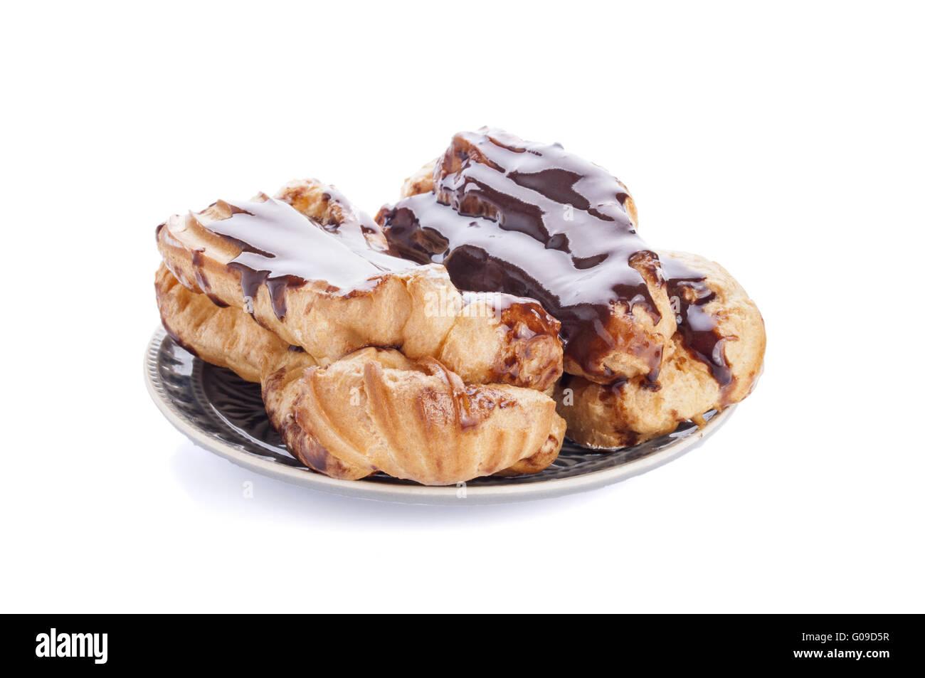 Eclairs con crema di cioccolato di copertura isolato su sfondo bianco Foto Stock