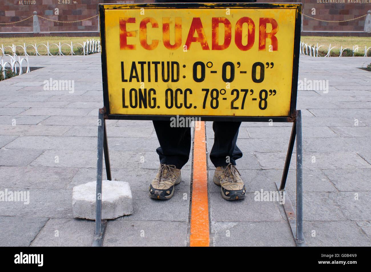 Piedi su entrambi i lati dell'equatore-linea, Ecuador Immagini Stock