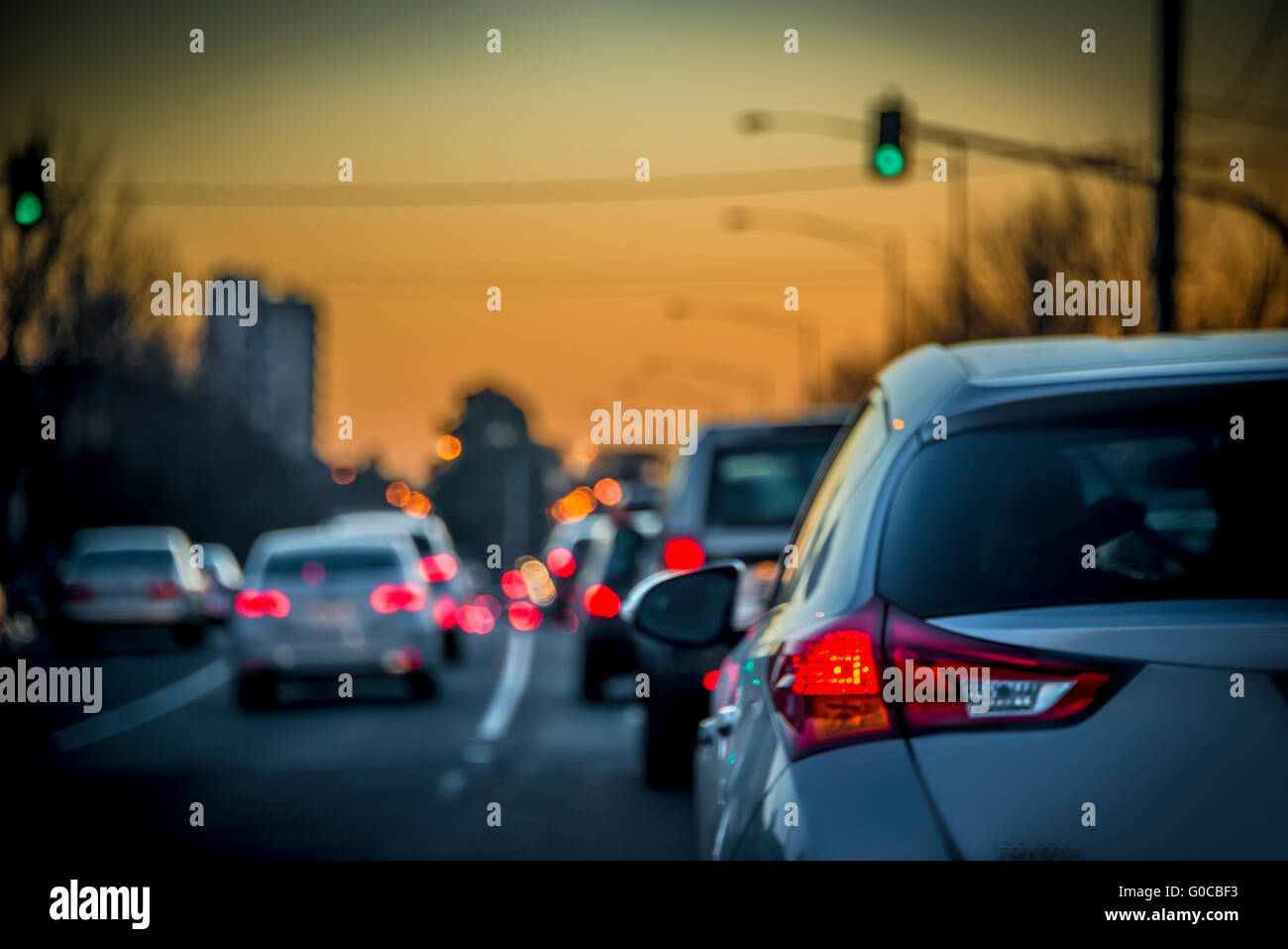 Auto luci di coda seduta nella costruzione di traffico fino a Melbourne freeway peak hour al tramonto, Melbourne, Immagini Stock