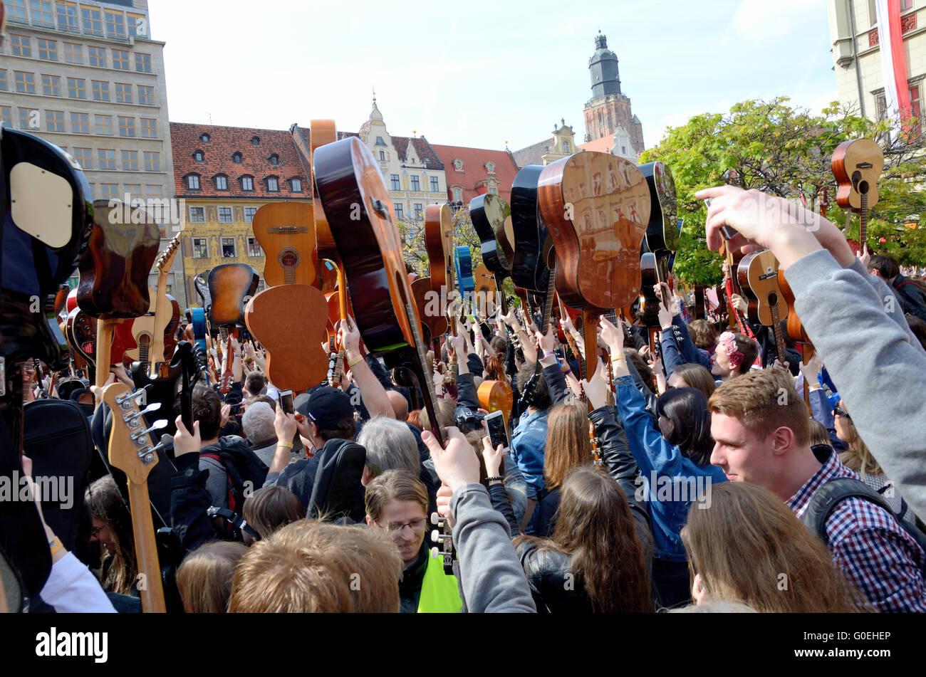 Wroclaw, Polonia. Il 1 maggio, 2016. Oltre 7 migliaia di chitarristi di raggiungere nuovi record di Guiness giocando Immagini Stock