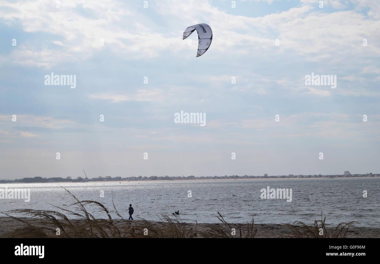 Un uomo wind surf in spiaggia a piombo. Immagini Stock