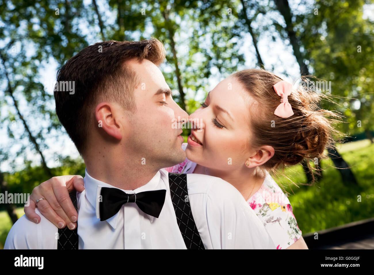 Giovane coppia romantica in amore flirt in estate park. Immagini Stock